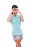 Donna graziosa che guarda attraverso un segno di amore Fotografia Stock Libera da Diritti
