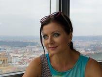 Donna graziosa che guarda dalla finestra Immagine Stock Libera da Diritti