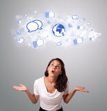 Donna graziosa che guarda le icone della rete sociale in nuvola astratta Fotografia Stock Libera da Diritti