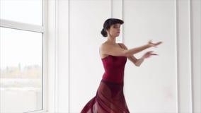 Donna graziosa che ha ripetizione di ballo nello studio stock footage