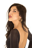 Donna graziosa che indossa cima stretta con la parte posteriore nuda che guarda indietro Fotografie Stock Libere da Diritti