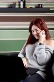 Donna graziosa che lavora al computer portatile a casa Fotografia Stock