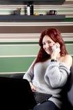 Donna graziosa che lavora al computer portatile a casa Immagine Stock Libera da Diritti