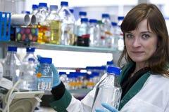 Donna graziosa che lavora nel laboratorio di biochimica immagini stock libere da diritti