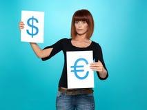Donna graziosa che mostra dollaro e gli euro segni Fotografia Stock Libera da Diritti