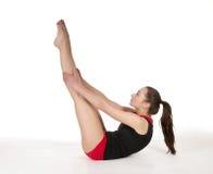Donna graziosa che mostra esercizio relativo alla ginnastica Fotografie Stock