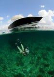 Donna graziosa che naviga usando una presa d'aria underwater Fotografia Stock Libera da Diritti