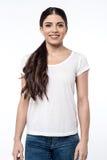 Donna graziosa che posa sopra il bianco Fotografie Stock Libere da Diritti