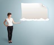 Donna graziosa che presenta lo spazio moderno della copia sulle nuvole Immagini Stock Libere da Diritti