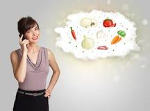 Donna graziosa che presenta una nuvola della verdura nutrizionale sana Immagini Stock Libere da Diritti
