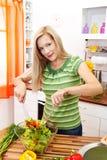 Donna graziosa che produce insalata Immagini Stock Libere da Diritti