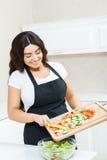 Donna graziosa che produce insalata immagine stock libera da diritti