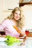 Donna graziosa che produce insalata Fotografia Stock