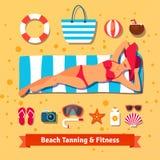 Donna graziosa che si abbronza sulla spiaggia Vacanza del mare Fotografia Stock Libera da Diritti