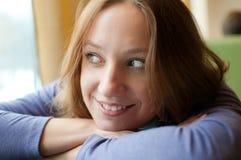 Donna graziosa che si appoggia su una tabella Fotografia Stock Libera da Diritti