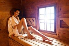 Donna graziosa che si rilassa in una sauna calda Fotografia Stock