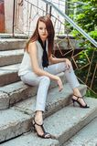 Donna graziosa che si siede sui punti Fotografie Stock