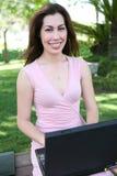 Donna graziosa che studia alla sosta Immagini Stock
