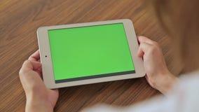 Donna graziosa che tiene compressa disponibila con la visualizzazione verde archivi video