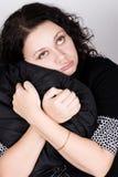Donna graziosa che tiene un cuscino Immagini Stock Libere da Diritti
