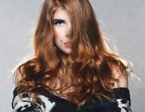 Donna graziosa con bei capelli lunghi Fotografie Stock