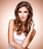 Donna graziosa con bei capelli marroni lunghi fotografie stock libere da diritti