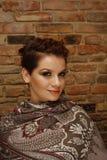 Donna graziosa con breve taglio di capelli Immagini Stock