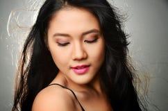 Donna graziosa con capelli lunghi Fotografie Stock