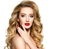 Donna graziosa con capelli lunghi e le unghie rosse immagini stock libere da diritti