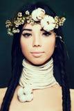 Donna graziosa con capelli neri e la corona lunghi dei fiori Damerino etnico Immagini Stock