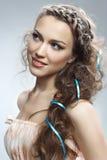 Donna graziosa con capelli ricci Fotografia Stock Libera da Diritti