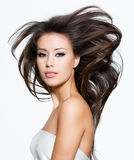 Donna graziosa con i bei capelli marroni lunghi fotografia stock