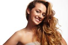 Donna graziosa con i capelli ricci Fotografia Stock