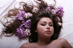 Donna graziosa con i fiori fotografia stock