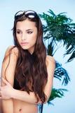 Donna graziosa con i galsses di estate in suoi capelli Fotografia Stock Libera da Diritti
