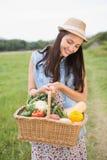 Donna graziosa con il canestro di veg Fotografia Stock Libera da Diritti