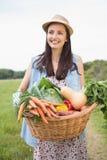 Donna graziosa con il canestro di veg Fotografia Stock