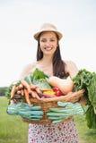 Donna graziosa con il canestro di veg Immagine Stock Libera da Diritti