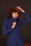 Donna graziosa con il cappello di cowboy fotografie stock