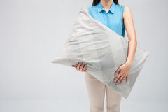 Donna graziosa con il cuscino Fotografia Stock Libera da Diritti
