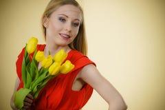 Donna graziosa con il mazzo giallo dei tulipani Immagini Stock