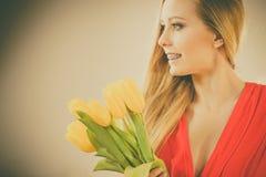 Donna graziosa con il mazzo giallo dei tulipani Fotografie Stock