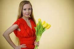 Donna graziosa con il mazzo giallo dei tulipani Fotografia Stock