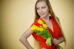 Donna graziosa con il mazzo giallo dei tulipani Fotografie Stock Libere da Diritti
