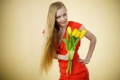 Donna graziosa con il mazzo giallo dei tulipani Immagine Stock