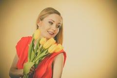 Donna graziosa con il mazzo giallo dei tulipani Immagine Stock Libera da Diritti