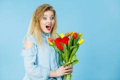 Donna graziosa con il mazzo giallo rosso dei tulipani Immagini Stock