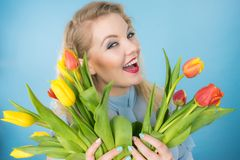 Donna graziosa con il mazzo giallo rosso dei tulipani Fotografia Stock Libera da Diritti
