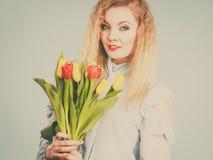 Donna graziosa con il mazzo giallo rosso dei tulipani Immagini Stock Libere da Diritti