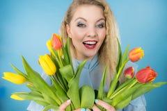 Donna graziosa con il mazzo giallo rosso dei tulipani Fotografie Stock